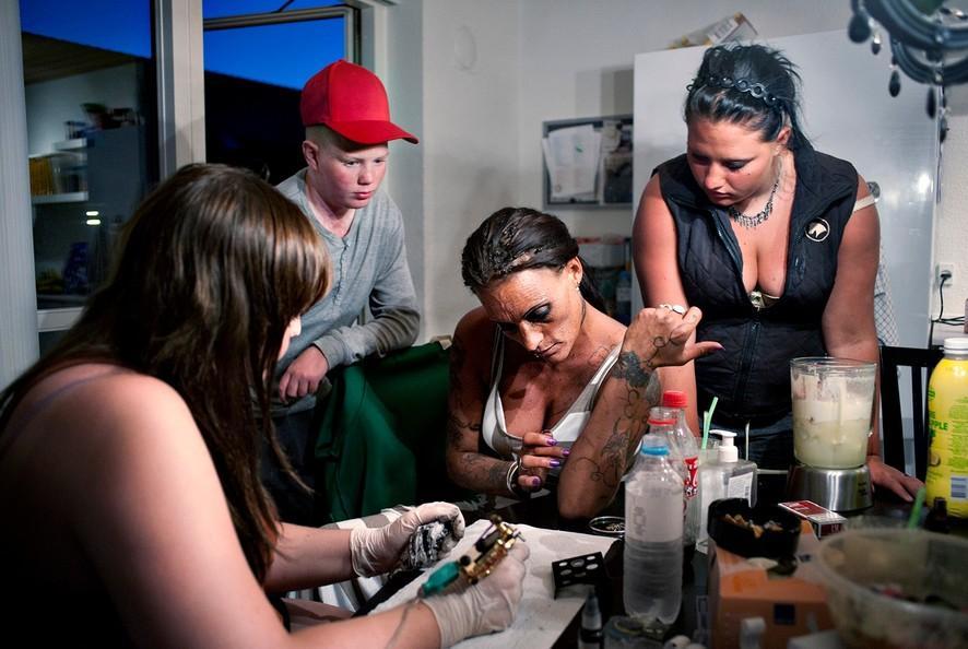 14. Дочь Бонни Мишель и ее подруга, которая учится делать татуировки. В пятницу вечером она сделала