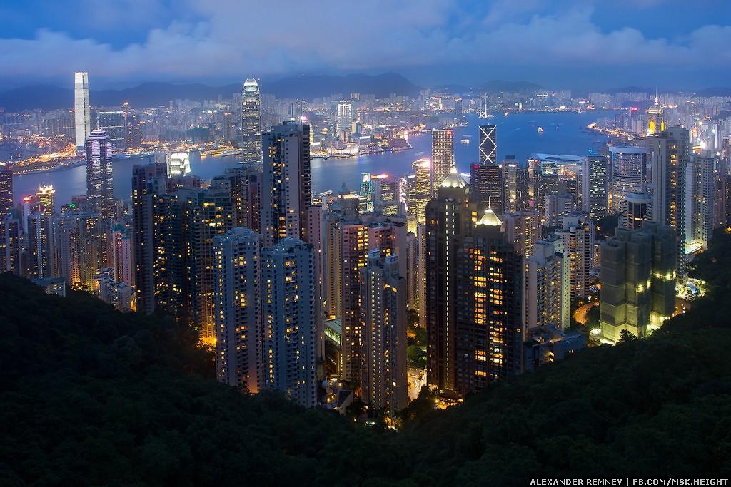 51. Это самый узнаваемый вид на Гонконг. Чтобы подняться к пику Виктория, на фуникулер выстраивается