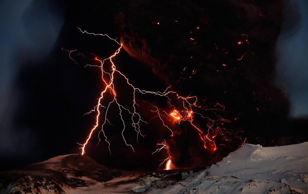 Во время извержения вулкана Эйяфьятлайокудль в 2010 году тоже была «грязная гроза». (Фото Oliv
