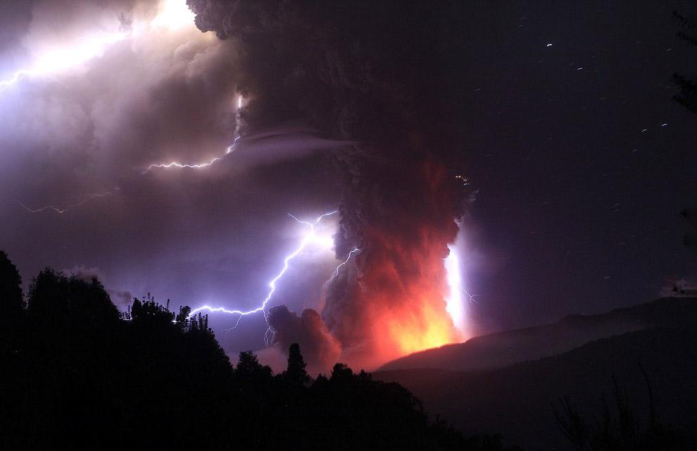 Молния образуется в результате столкновения больших электрических потенциалов, представляемых о