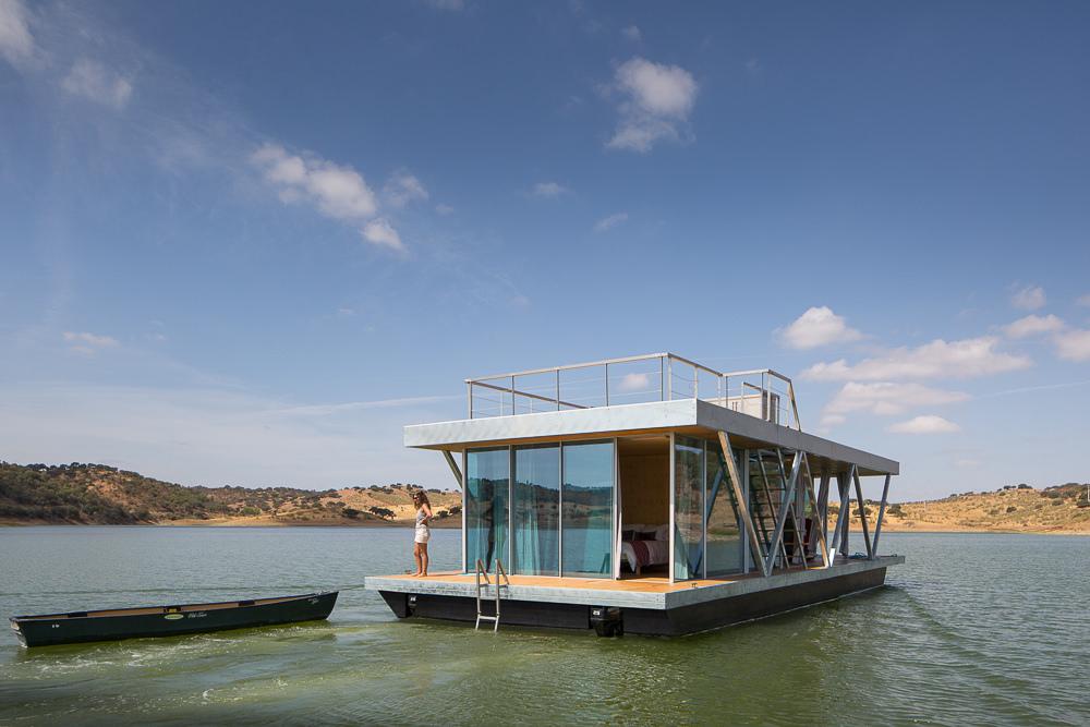 Плавающий дом с мотором (13 фото)