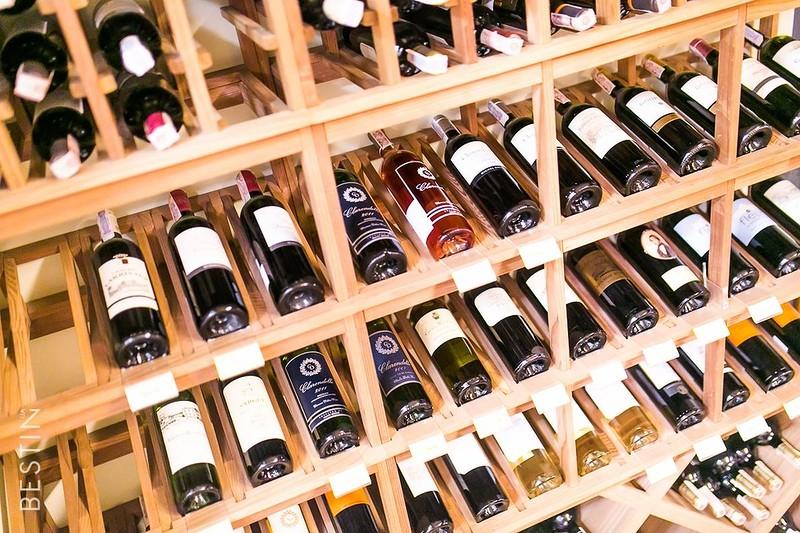 Охлаждение. Поместив вино в холодильник, можно замедлить процесс окисления. Красное вино следует дос