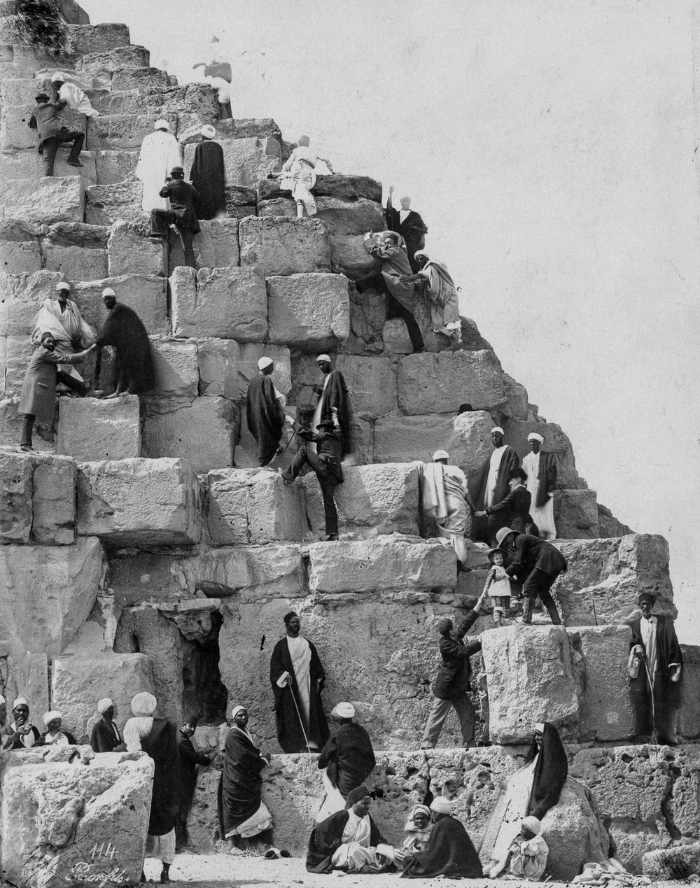На вершине чуда света: ретро фотографии туристов на пирамидах Гизы