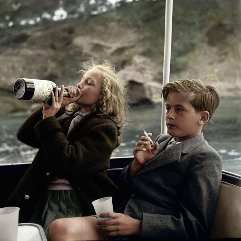13-летняя княгиня Ивонна и 12-летний князь Александр Сайн-Витгенштейн-Сайн на яхте недалеко от Мальо