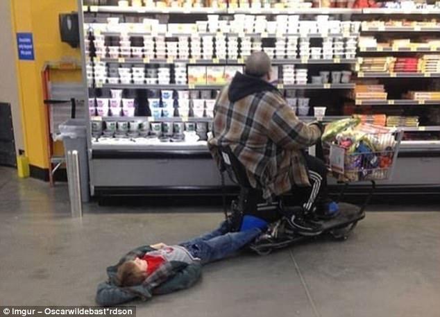 Эксцентричные наряды обычных покупателей в американских супермаркетах (12 фото)
