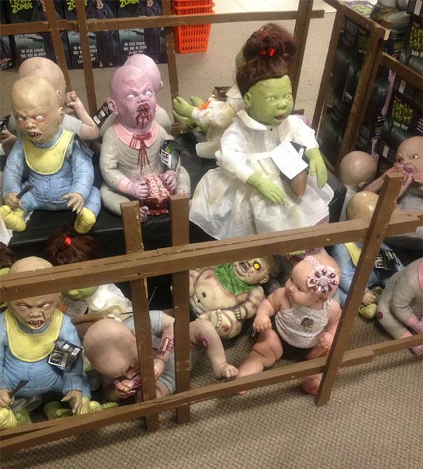 «Подруга посадила ребенка среди кукол-зомби в магазине покупок к Хеллоуину».