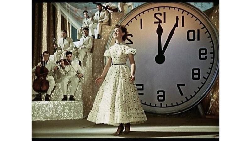 Ее Леночка Крылова в «Карнавальной ночи» появлялась в потрясающих нарядах, взятых из коллекции New l