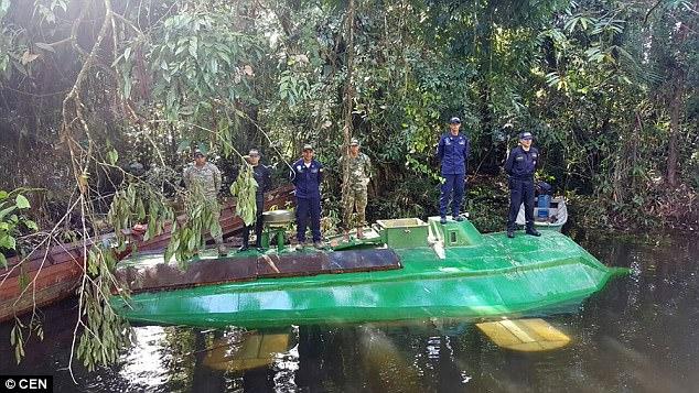 Военнослужащие и полиция Колумбии во время спецоперации наткнулись на судно в реке в департаменте Чо