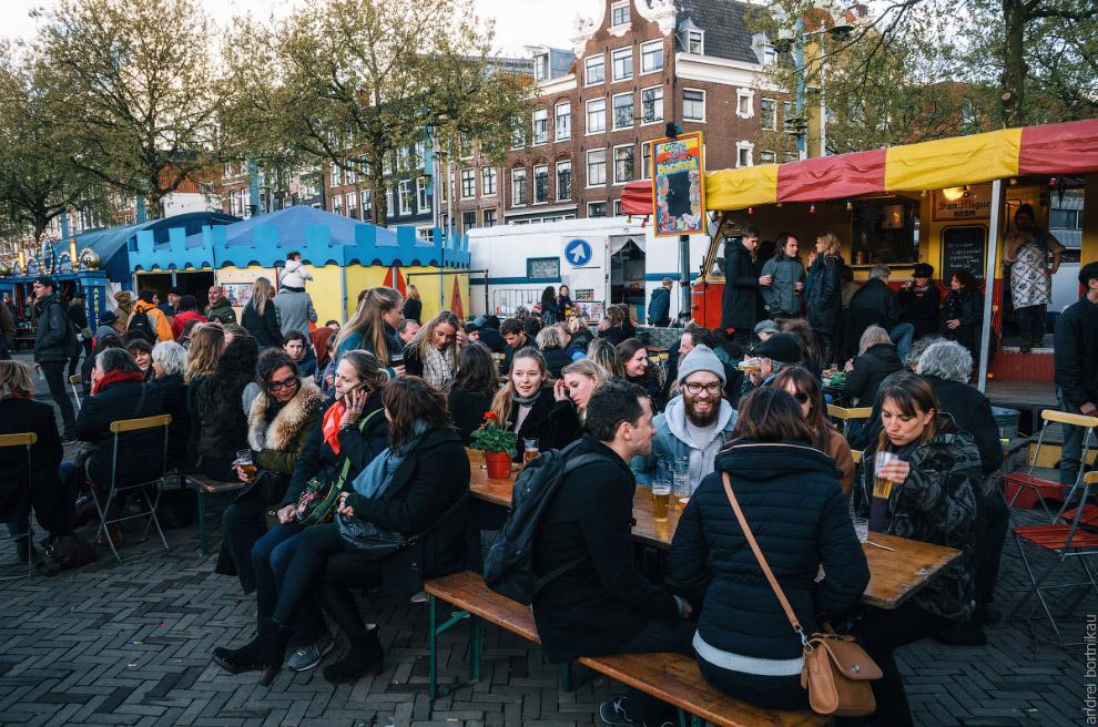 В Амстердаме все дома кривые В городе всё построено на сваях. Деревянные сваи гниют, грунт прос