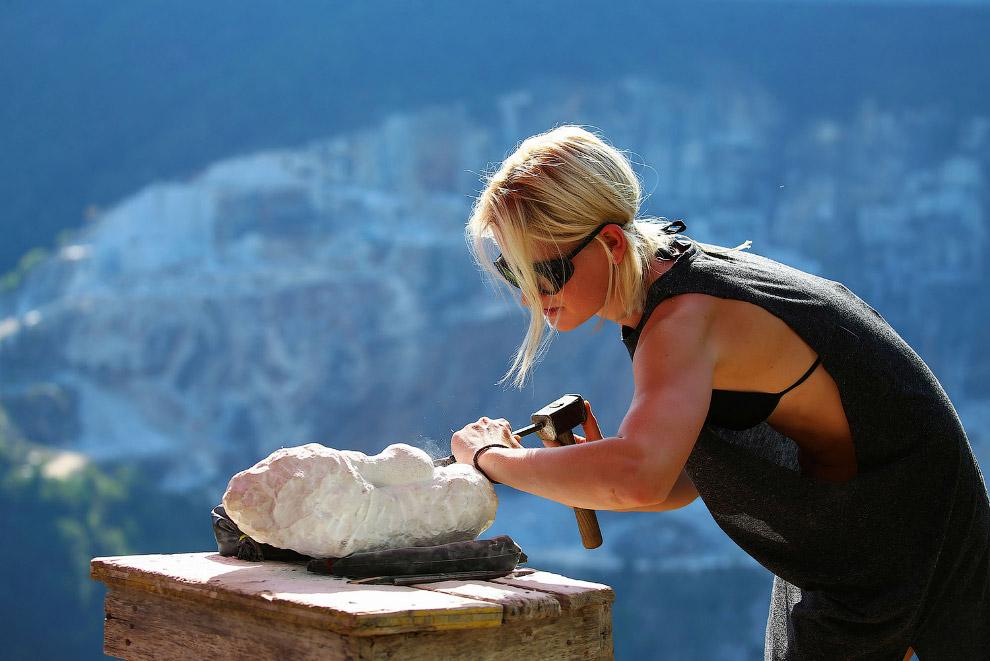 8. Вот так выглядит мраморный карьер со стороны, где добывают мрамор мечты Микеланджело. (Фото