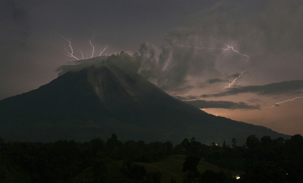 Во время извержения вулкана Синабунг с неба летят вот такие камни. (Фото Ulet Ifansasti   Getty