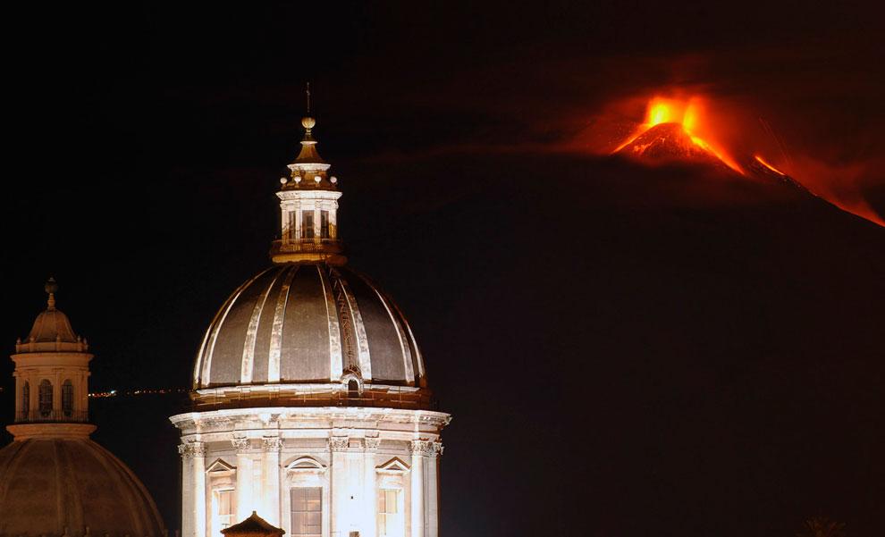 Еще одна фотография извержения вулкана Этна, вид из сицилийского города Катании, 16 ноября 2013