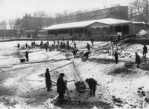 Работа по подготовке к соревнованиям катка в Юсуповом саду.