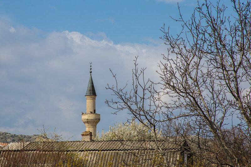Вид со двора на минарет мечети хана Узбека