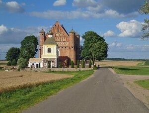 Церковь оборонного типа Архангела Михаила XV в. в Сынковичах