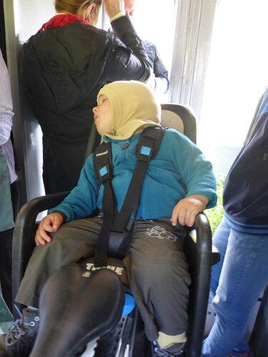 ребенок спит в велокресле в тамбуре электрички