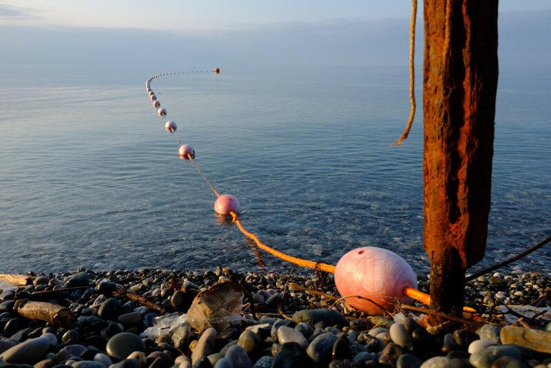 Буйки на Черном море в Абхазии, пенопластовые буйки