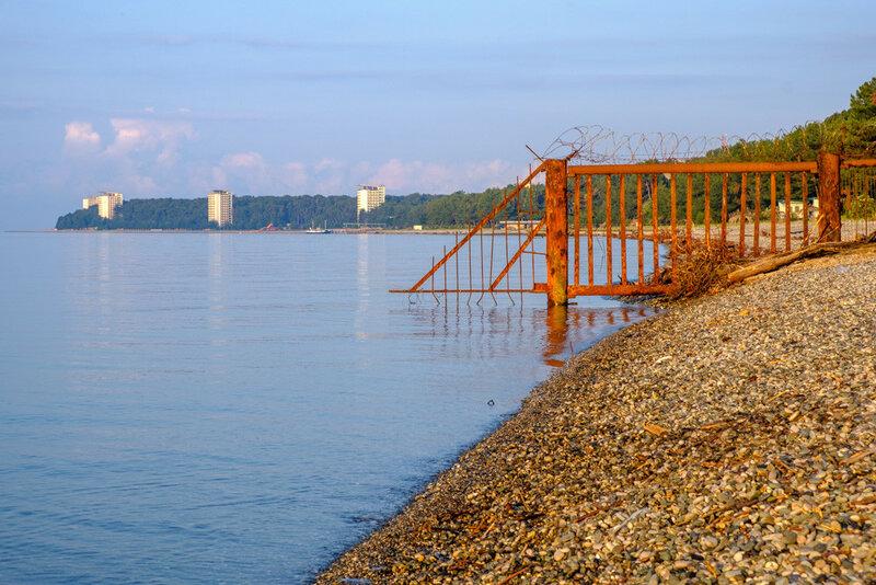 ржавый забор государственной дачи на черном море в Абхазии