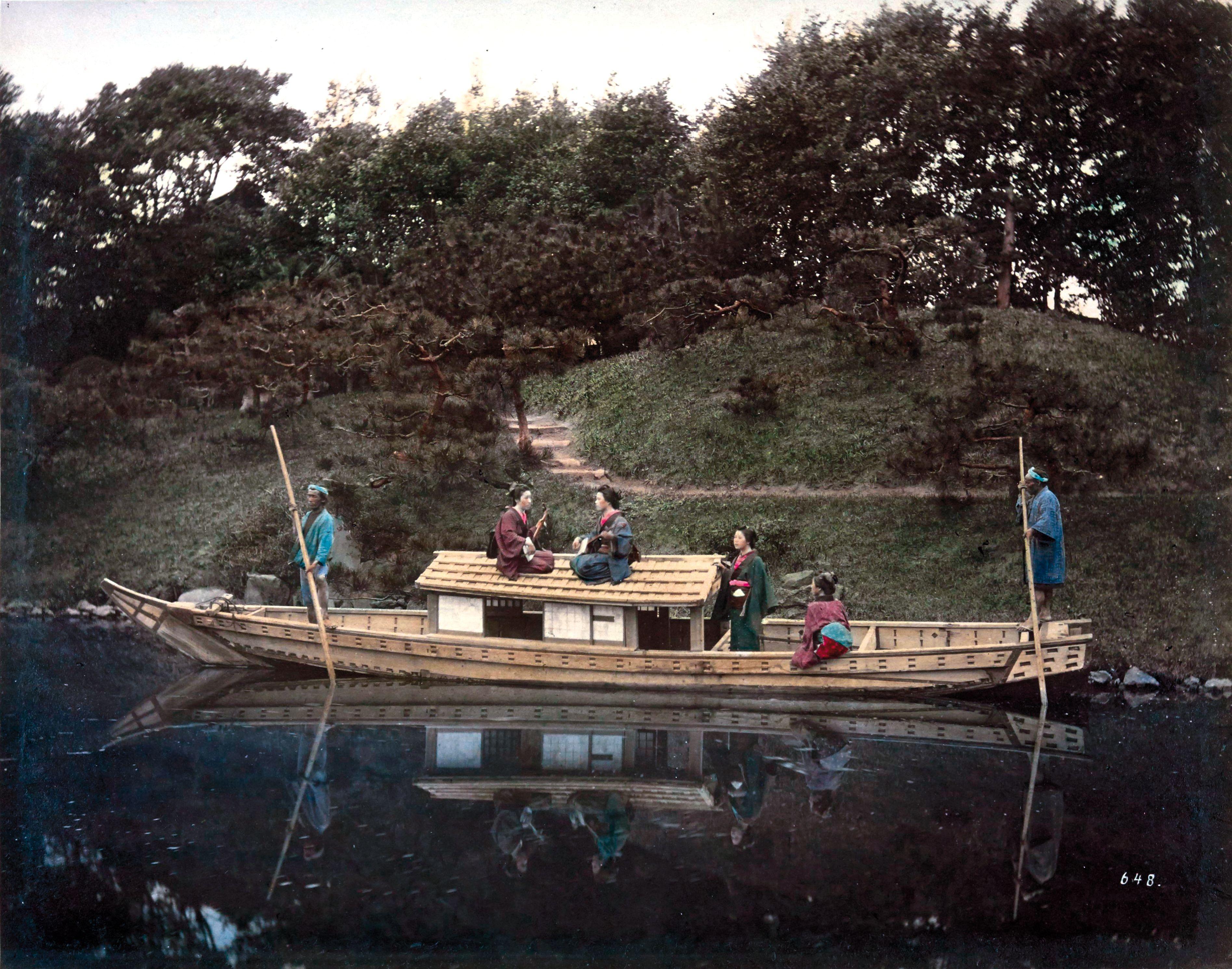 Группа из четырех женщин в лодке с двумя лодочниками