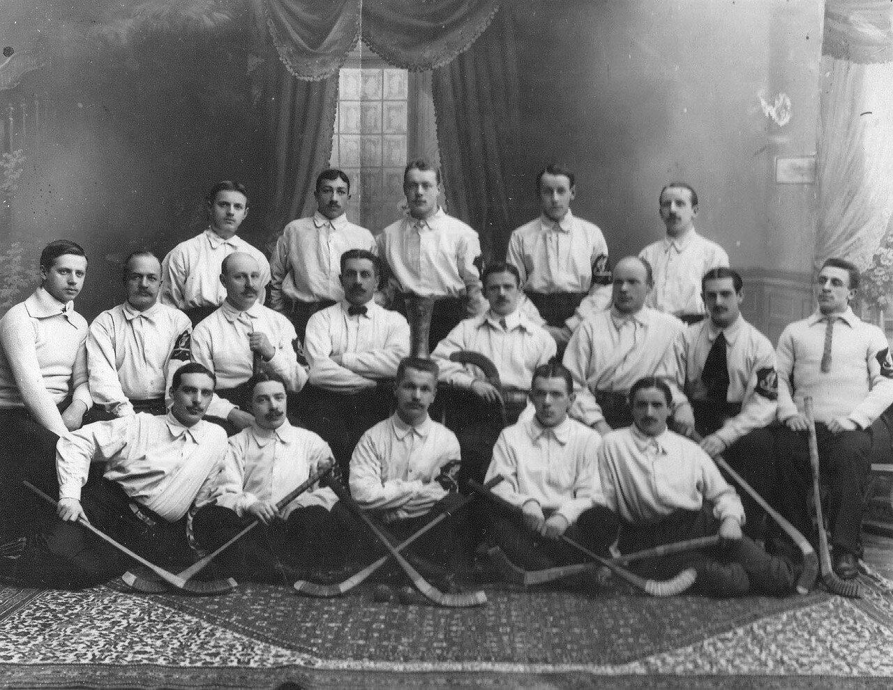 Хоккейная команда Санкт-Петербургского общества любителей бега на коньках. Юсуповский сад 1-ый справа в 1-ом ряду С.Филиппов, 1-ый справа в 3-ем ряду А.Филиппов