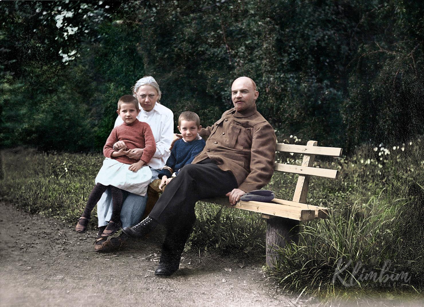 В.И.Ленин и Н.К.Крупская с племянником Ленина Виктором и дочерью рабочего Верой в Горках. Август-сентябрь 1922