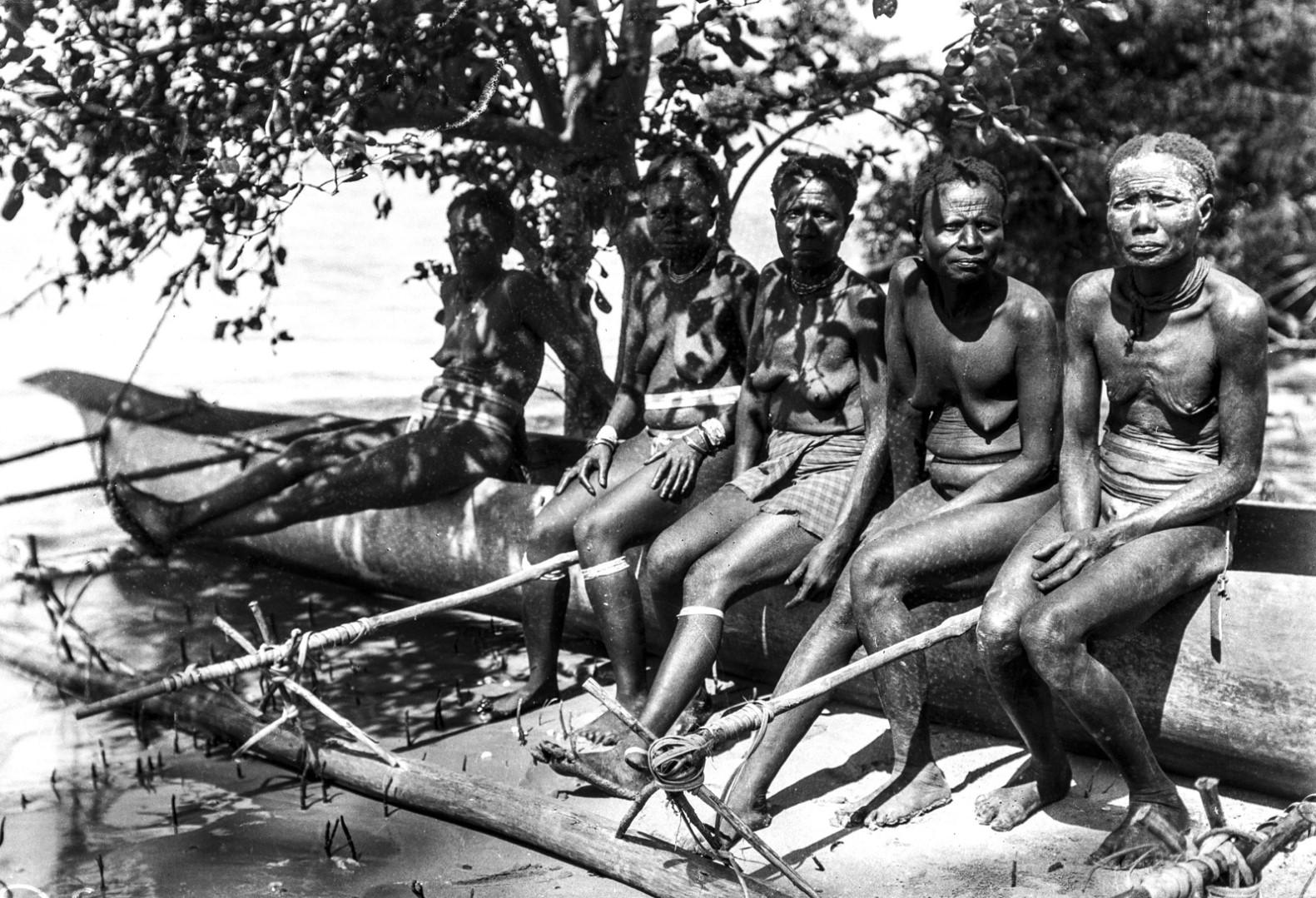 1274.  Народность онге. Женщины сидят на каноэ