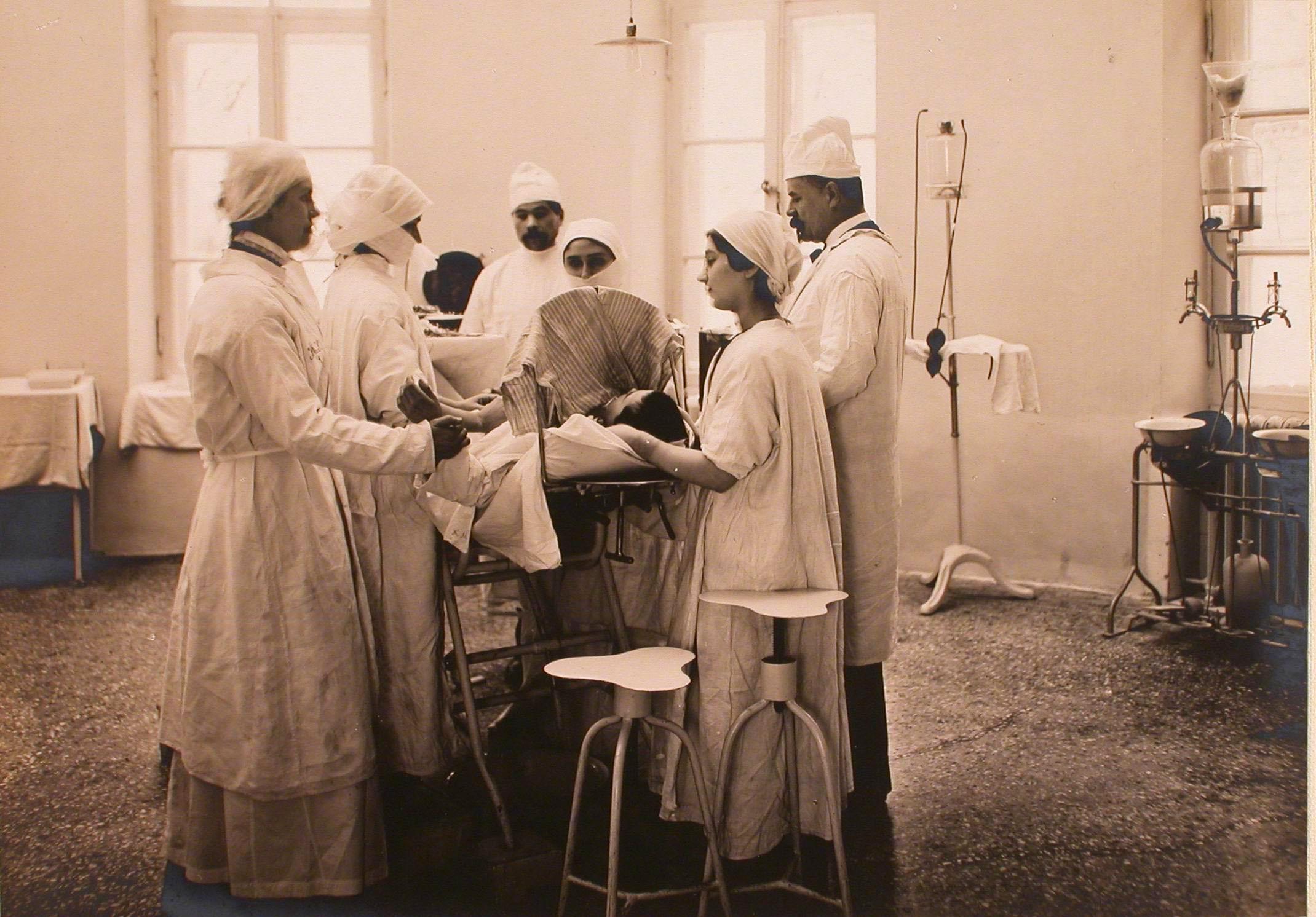 04. Сестры и врачи готовят больного к операции (хлороформирование) в операционной госпиталя