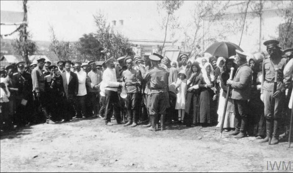 Казацкие офицеры III Донского корпуса ждут офицеров союзников в станице Казанской, лето 1919