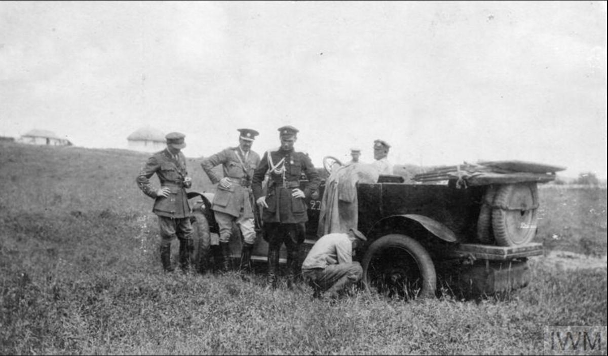 Офицеры британской военной миссии на своем Фиате (серийный номер 273), летом 1919