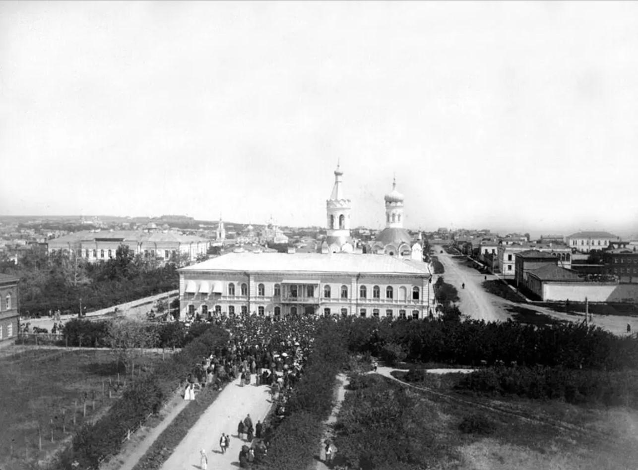 Вид с колокольни Никольского собора на губернаторский дом и Никольскую (Казанскую) церковь