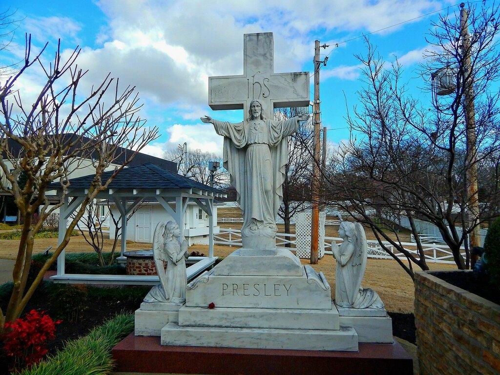 На могиле Элвиса.