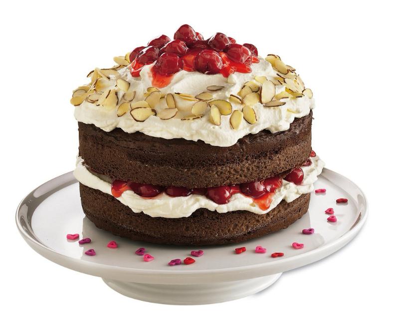 Красивый торт с ягодами и орехами.  С международным днем торта!
