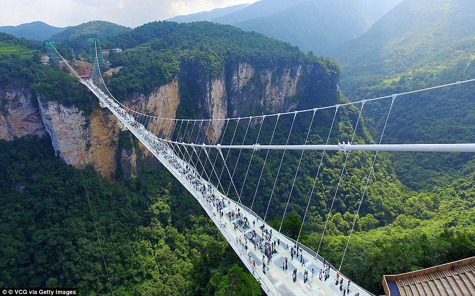 Самый длинный и высокогорный мост со стеклянным полом в мире также находится в Чжанцзяцзе.