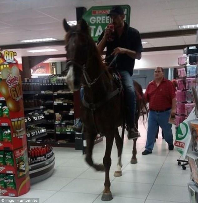 В один из американских супермаркетов сети Spar мужчина заехал на лошади.