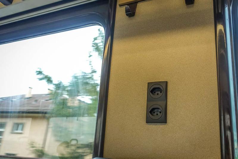 Даже в вагонах второго класса есть возможность подзарядиться, правда тут розетки не расположены на о