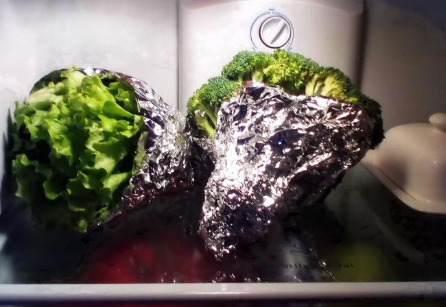 Тут все очень просто. Оберните брокколи, сельдерей исалат впищевую фольгу, желательно полностью. Т