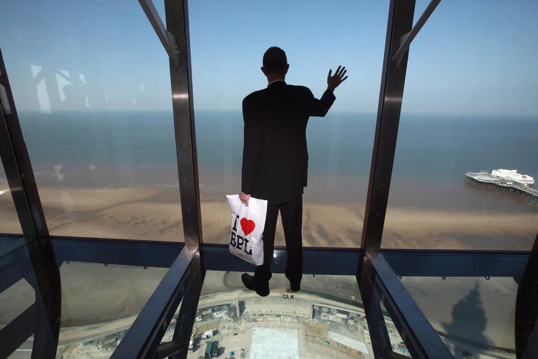Вот что видно, когда вы смотрите себе под ноги, стоя в башне Спинакер в Портсмуте, Великобритания. С