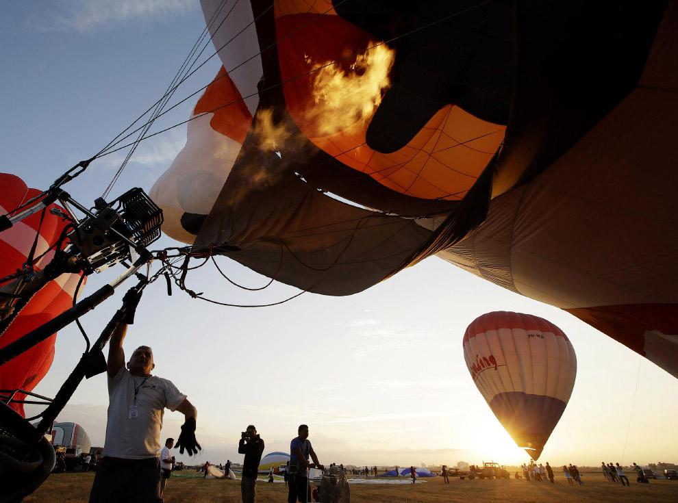 Международный фестиваль воздушных шаров на Филиппинах, 12 февраля 2015. Слева — шар Винсент Ван