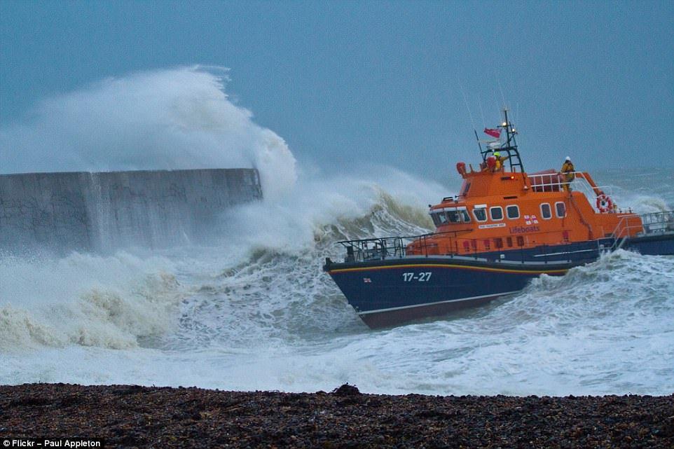Паром Kaitaki попал в шторм по пути из гавани Веллингтон в Пиктон в 2006 году.