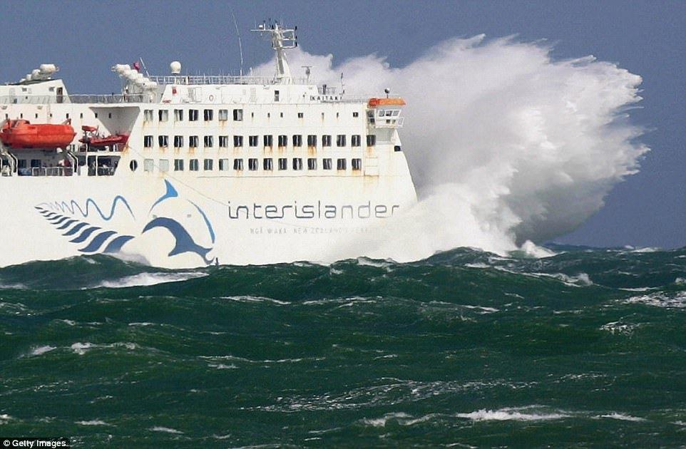 Грузовое судно Porvenir I терпит крушение у берегов Чили, 2005 год. Троих членов экипажа, которые уп