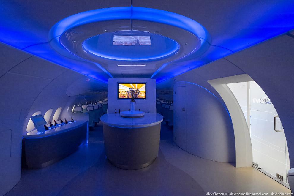 3. А это реализация идеи в салоне Airbus A350, где непривычно огромное пространство для самолет