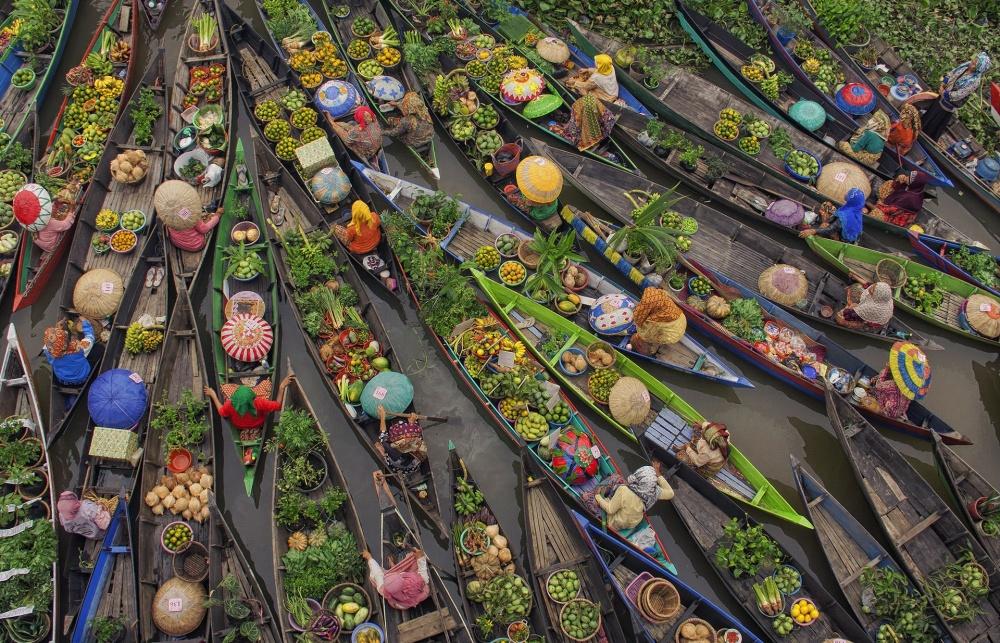 © Antonius Andre Tjiu  Номинация «Животные вихестественной среде». «Заснеженные обезьянк