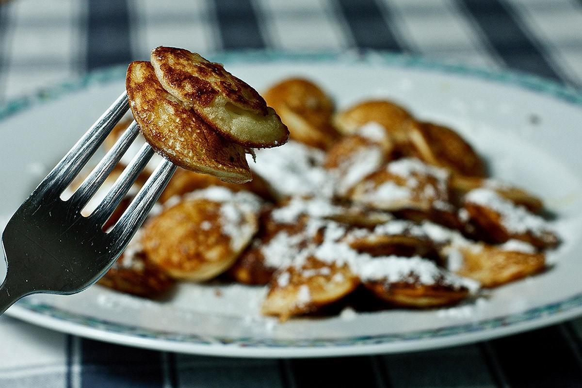 5. Пофферчьес — оладьи на основе гречневой муки. Блюдо считается уличным, так как продается на каждо