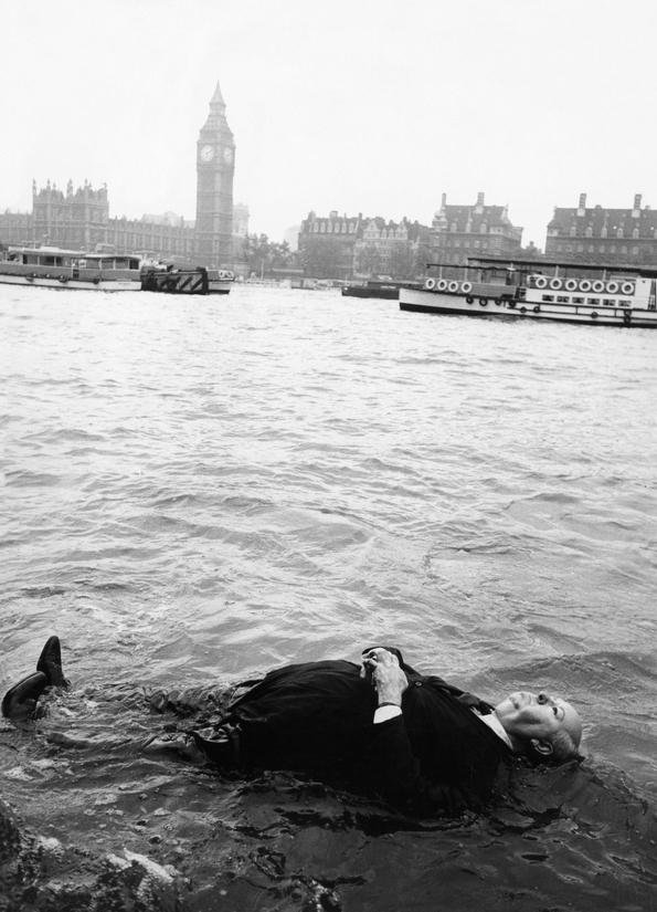 Возможно, Альфред Хичкок когда-то и купался в Темзе, но точно не в тот день, когда была сделана эта