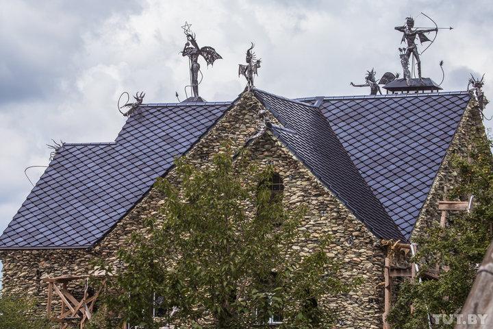 Крыша дома декорирована изваяниями фантастических существ, а забор — черными руками и символом «Всев