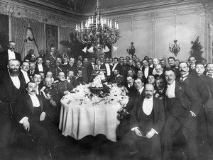 Группа авиаторов за праздничным столом по случаю открытия авиационных состязаний.