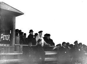 Зрители на трибунах аэродрома.