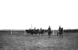 Группа конных офицеров на линии старта