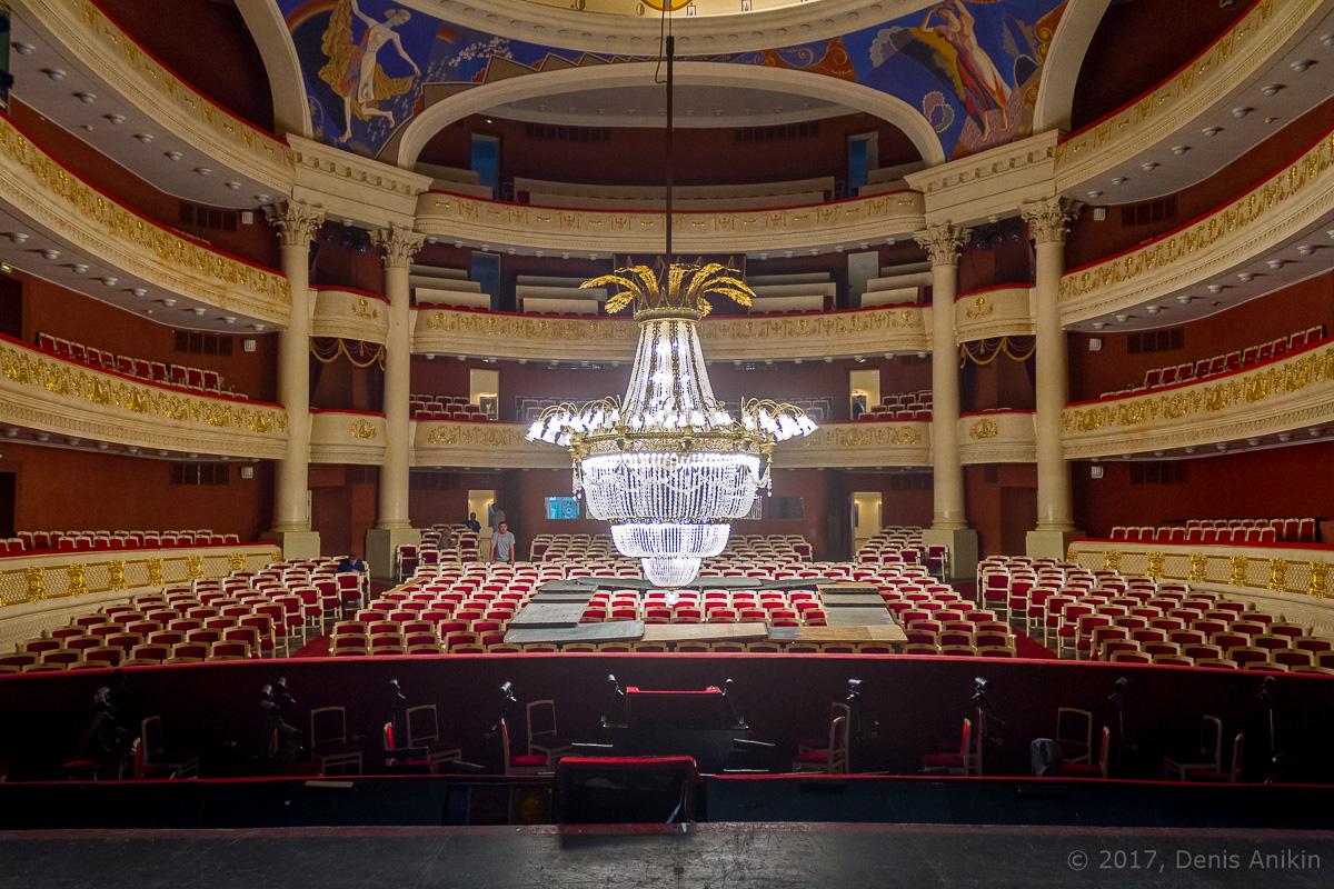 опускают люстру в театре оперы и балета фото 17