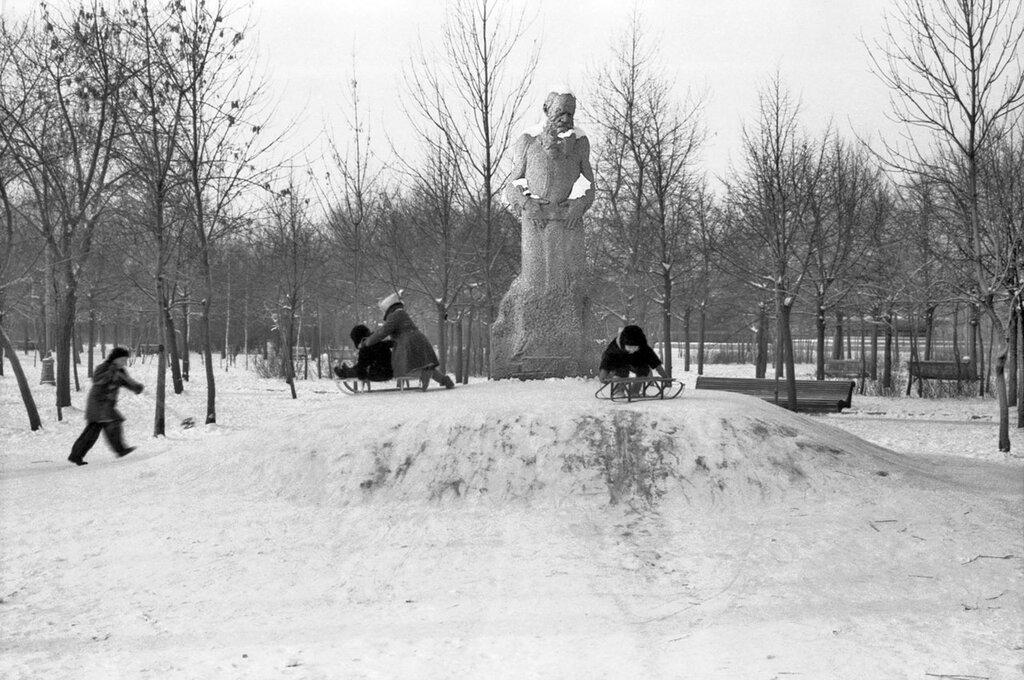 617532 Памятник Л.Н. Толстому работы скульптора С.Д. Меркурова (1912 г.) в сквере Девичьего поля А.И. Авдеев 59.jpg